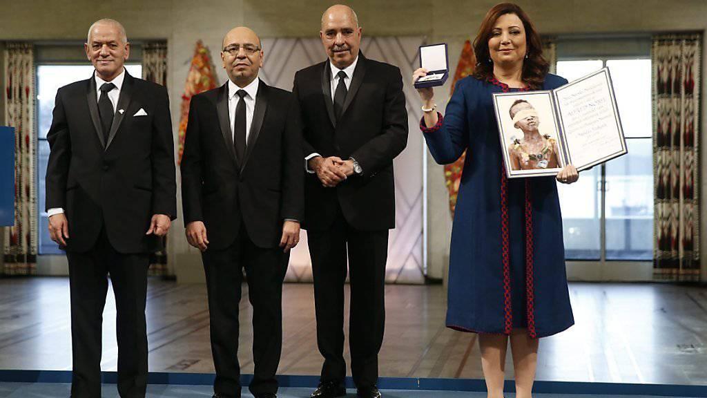 Vertreter des tunesischen Quartetts nehmen den Friedensnobelpreis in Oslo entgegen.
