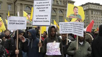 Vor einem halben Jahr (Dezember 2018) protestierten Dutzende Menschen vor dem Bundeshaus gegen Ausschaffungen durch das Dublin-Abkommen.