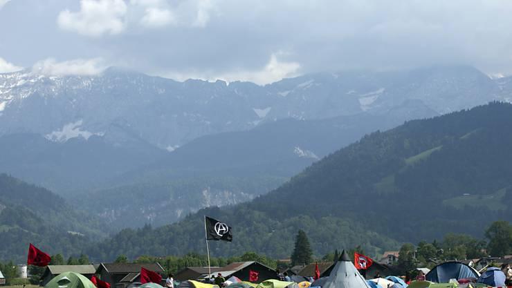 G7-Kritiker haben in der Nähe des Tagungsortes in Bayern ein Zeltlager aufgebaut - am Freitagabend gingen mehrere hundert Demonstraten auf die Strasse. Zwischenfälle gab es keine