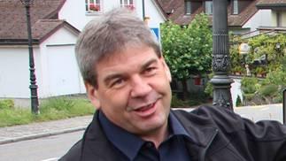 Thomas Vetter, Präsident Jurapark Aargau, präsentierte diese Woche in Biberstein die neue Hinweistafel zum Erlebniswanderweg an der Gisliflue.