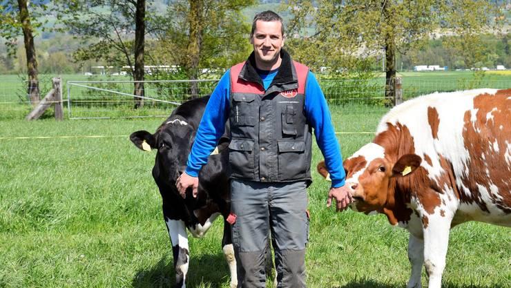 Martin Flury mit zweien seiner Jungtiere auf der Weide.