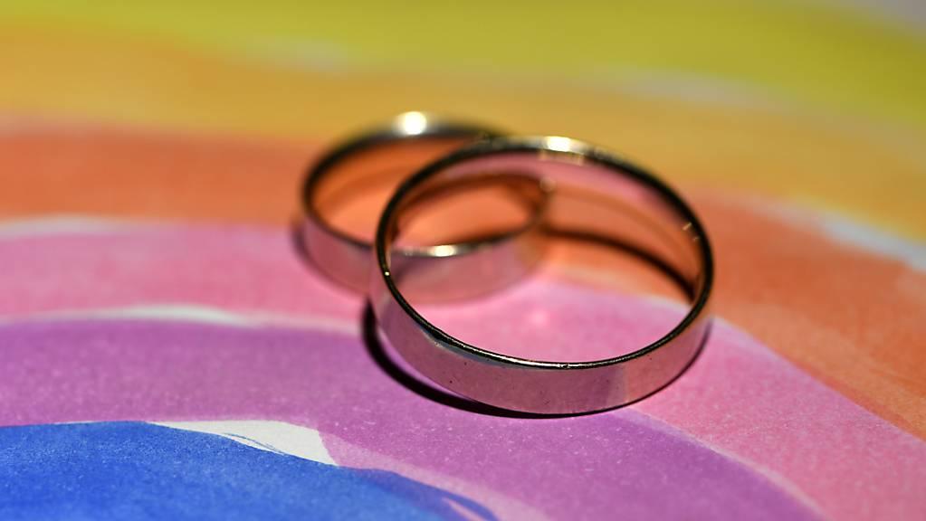 In der Schweiz sammelte ein überparteiliches Komitee Unterschriften gegen die geplante Öffnung der Ehe für gleichgeschlechtliche Paare. (Symbolbild)