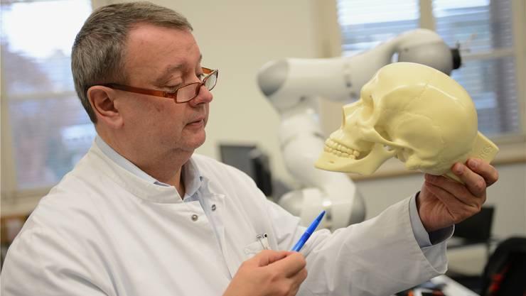 Betreibt in Basel Spitzenforschung in ungewöhnlichem Umfeld: Gesichtschirurg Hans-Florian Zeilhofer.