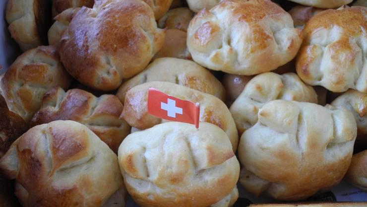 Zum Zmorge gabs stilecht 1.-August-Weggen, offeriert von der «az Nordwestschweiz»