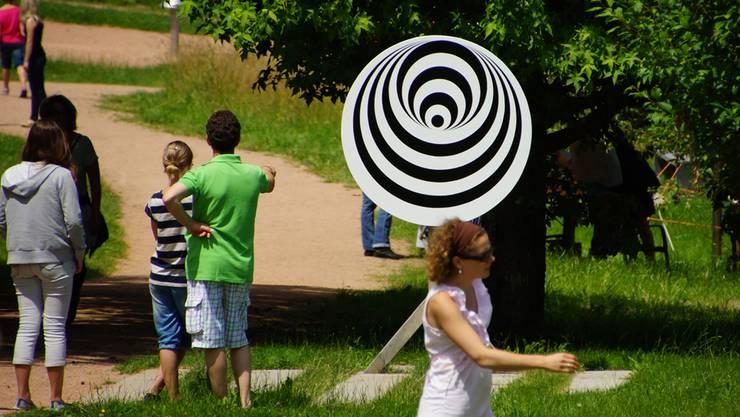 Spirale mit Tiefeneffekt auf der Seh-Achse: Beim Blick in die drehende Spirale verkleinert sich das Innere. Durch optische Täuschung entsteht somit ein Tiefeneffekt. Betrachtet man anschließend die Umgebung, vergrößern sich die Gegenstände.