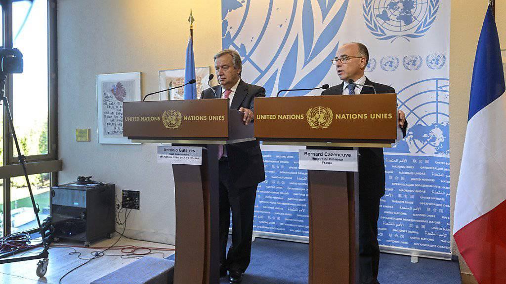Guterres (l.) und Cazeneuve plädieren für die Einrichtung von Empfangszentren in Italien und Griechenland.