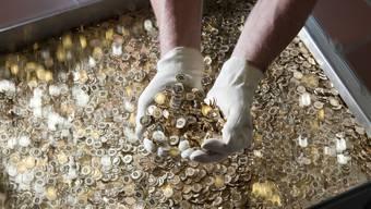 Bargeld ist von den Negativzinsen nicht betroffen. Die 5-Rappenproduktion in Bern bei Swissmint.
