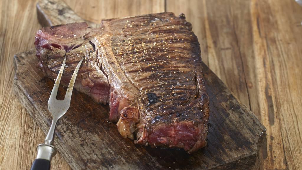 Fleisch anstechen ist eine gute Methode, um die Garstufe zu prüfen