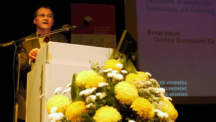Ernst Hauri (Bundesamt für Wohnungswesen) eröffnet den Anlass.  fup