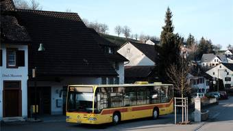 Auf der BLT-Linie 92 (im Bild ein Bus in Bennwil) will der Kanton die Kurse am Wochenende komplett streichen.
