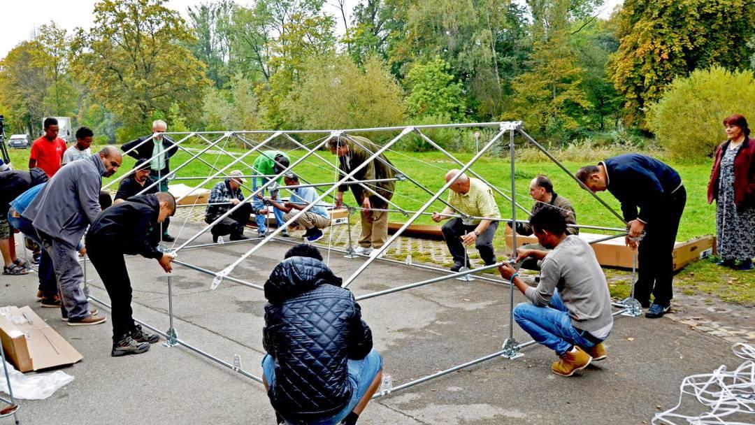 Aufbau von «Shelters for Refugees» mit Asylsuchenden