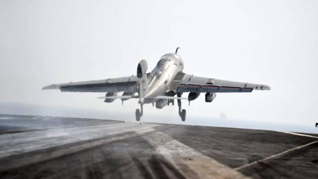 Ein US-Flieger startet von einem Flugzeugträger im Persischen Golf