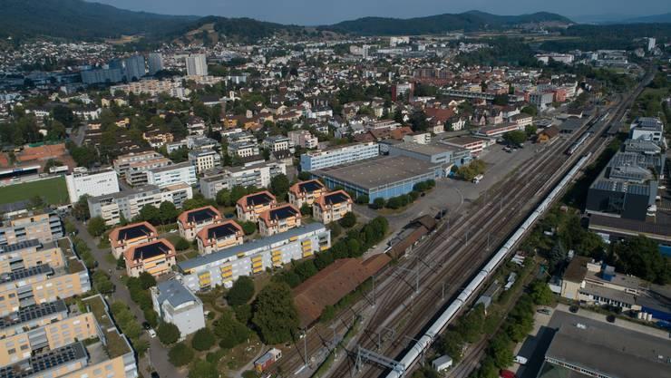 Das geplante Wohn- und Gewerbequartier umfasst die Gebäude der Debrunner Acifer (blau), Lägern-Plastic (rot), der Post und reicht bis an die Gleise der SBB.