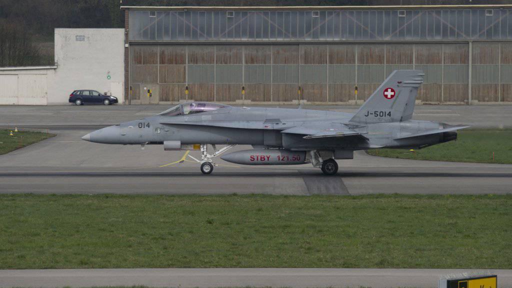 Ein F/A-18 der Luftwaffe beim Start auf dem Militärflugplatz Payerne VD.