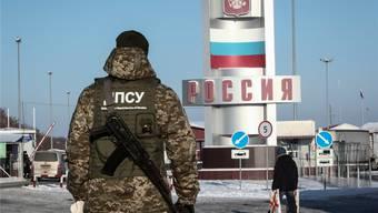 Bewaffneter ukrainischer Wächter an der Grenze zu Russland. Reuters