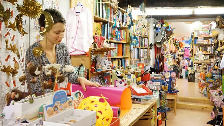 Mitarbeiterin Bettina Glanzmann in einer ausnahmsweise gerade ruhigen Minute. In den kommenden Wochen ist im Spielzeugladen Hochsaison.