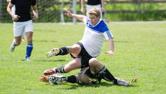 Grätschen wie als Junior: Die Suva verzeichnet ein überdurchschnittliches Unfallrisiko bei Fussballsenioren. Bild: Samuel Truempy/Keystone (Oberbüren, 17. Mai 2014)