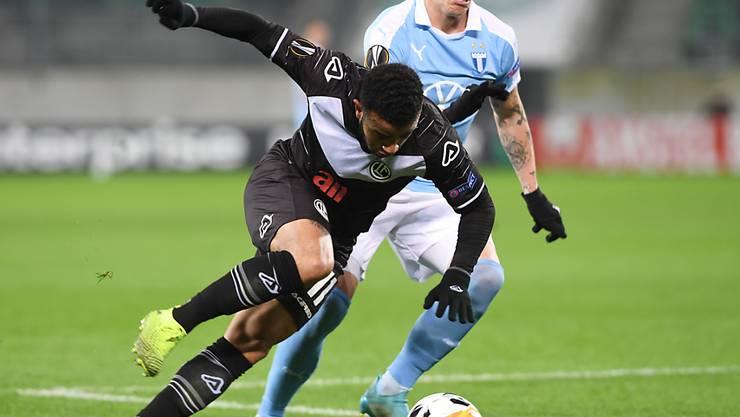 Luganos Offensivspieler Carlinhos gerät gegen Malmös Sören Rieks aus dem Gleichgewicht
