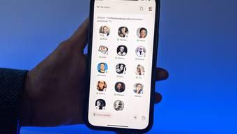 Die App Clubhouse trifft mit virtuellen Gesprächsräumen, die wie ein Live-Podcast funktionieren, den Nerv der Zeit.