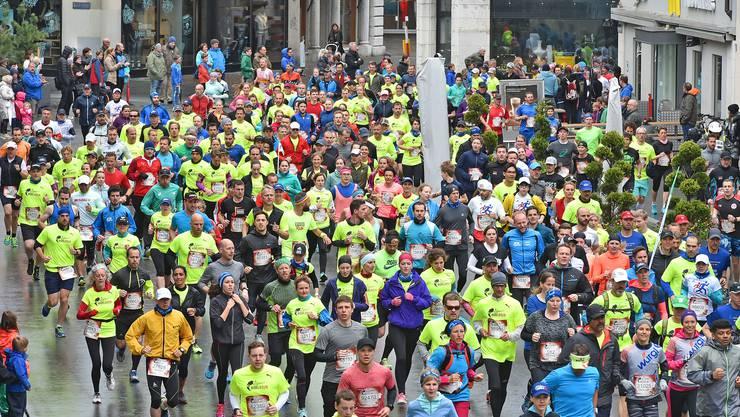 Kurz nach dem Start schiebt sich die bunte Läufermenge durch die Kirchgasse.