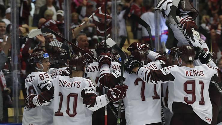 Die lettischen Spieler freuen sich über den Siegtreffer in der Verlängerung