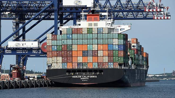 Ein vollgepackter Frachter verlässt den Hafen von Port Botany in der australischen Metropole Sydney: Die Wirtschaft des Landes wächst dank starken Rohstoffexporten. (Archivbild)