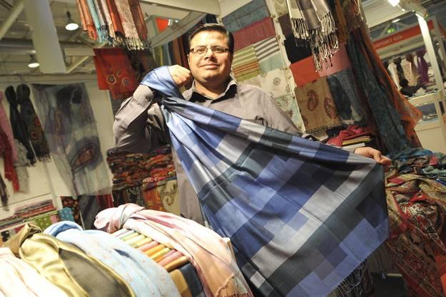 Sanjay Bhojaiya zeigt einen Seidenschal