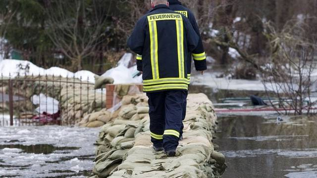 In Hohenwutzen hat die Feuerwehr einen Damm errichtet, um die Oder am Übertreten zu hindern