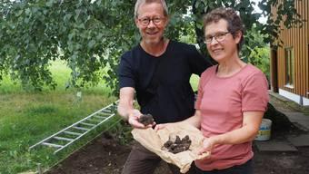 Urs Widmer und Renata Gerber freuen sich über den seltenen Fund.