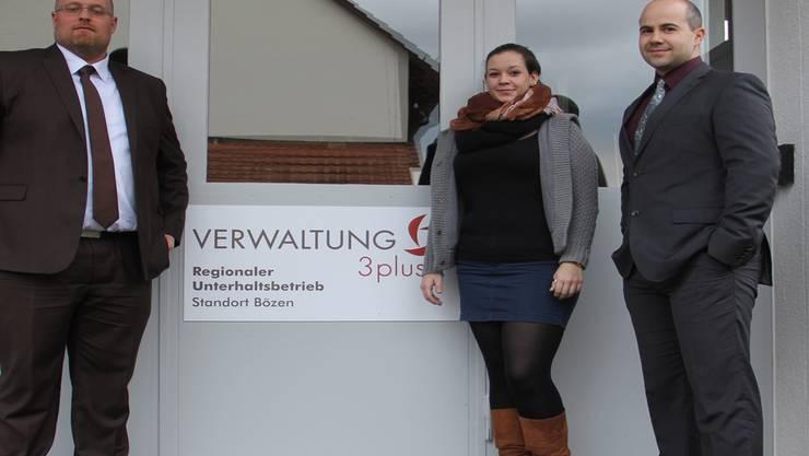 So präsentiert sich die Verwaltung 3plus künftig am Standort Bözen(v. l.): Verwaltungsleiter-Stellvertreter Claudio Stierli, Gemeindeschreiber-Stellvertreterin Sereina Müller sowie Verwaltungsleiter Markus Schlatter.
