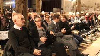 Vorne die Autoren, hinten die Leser: Die Buchvernissage ist ein feierlicher Akt.