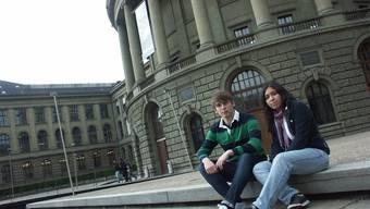 Perspektive: Runa Barbagelata und Tobias Thaler vor dem Hauptgebäude der ETH Zürich.