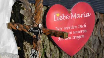 Ein Papierherz für das Opfer hängt in der Nähe des Tatorts am Fluss Dreisam an einem Baum.
