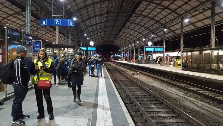 Passagiere warten auf dem Perron von Gleis 9 auf den nächsten Zug.