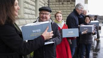 """Mitglieder des Komitees reichen am Montag bei der Bundeskanzlei die Unterschriften für die Petition """"Hürden abbauen - Behandlung psychischer Krankheiten sicherstellen"""" ein."""