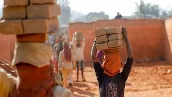 Schweizer Unternehmen sollen nicht haften, wenn ihre Tochtergesellschaften im Ausland Menschenrechte verletzen und beispielsweise Kinderarbeit zulassen. Der Ständerat will zwar einen Gegenvorschlag zur Konzernverantwortungsinitiative, aber einen ohne Haftungsregeln. (Themenbild)