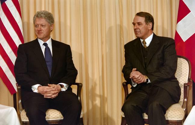 Der amerikanische Praesident Bill Clinton, links, trifft Bundespraesident Adolf Ogi, rechts, am 29. Januar 2000 im Rahmen des World Economic Forum WEF im Hotel Belvedere in Davos.