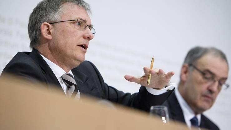Bundesrat Guy Parmelin und Markus Seiler, Direktor Nachrichtendienst des Bundes NDB, links, erklären die derzeitigen Gefahren der Schweiz