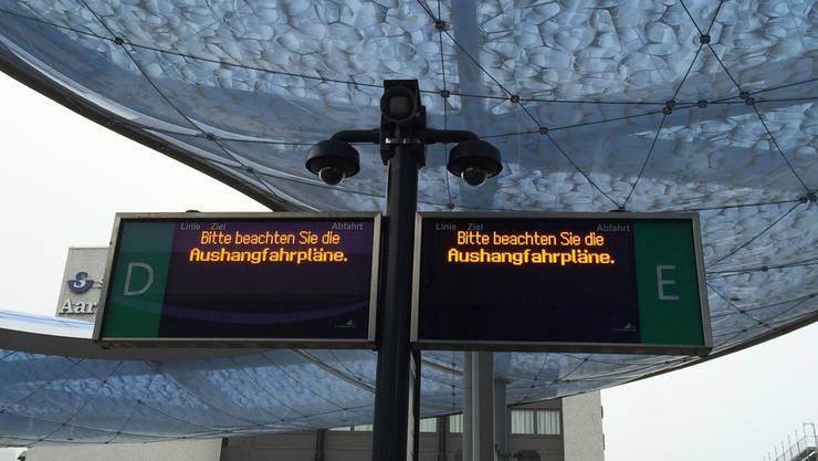 Die Fahrgäste werden am Bushof Aarau auf die Fahrpläne aus Papier verwiesen.