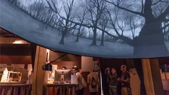 In einer Videokuppel in der Stanzerei werden Animationsfilme gezeigt, während rundherum Besucher Games testen. Sandra Ardizzone