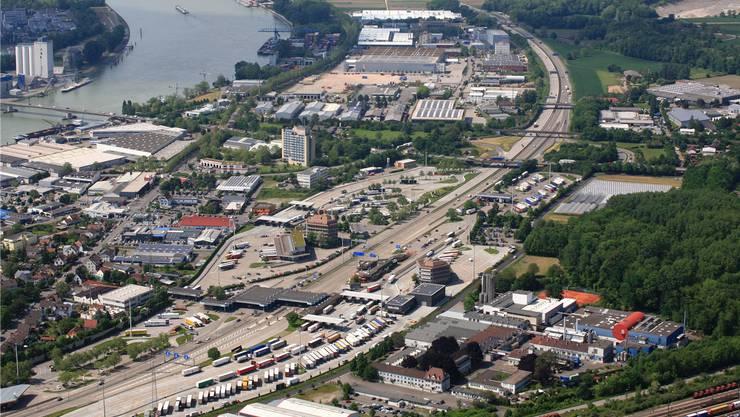 Blick von oben auf den Autobahnzoll Basel/Weil am Rhein. Nördlich davon soll die deutsche Autobahn ab 2016 Maut kosten.