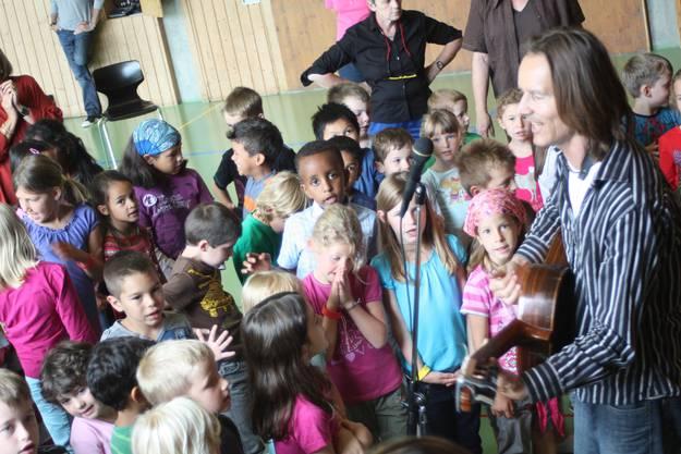 Christian Fotsch singt mit den Kindern Lieder in 7 Sprachen