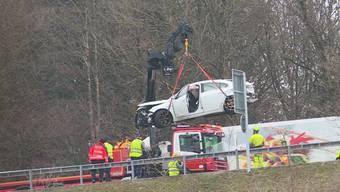 Bei der Einfahrt auf die A1 kam es am Samstagmorgen bei Mägenwil zu einer seitlich-frontalen Kollision. Dabei wurden neun Personen leicht verletzt. Der Lenker fuhr zu schnell, ohne Führerausweis und hatte zu viele Personen im Auto.