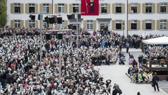 Glarnerinnen und Glarner stimmen an der Landsgemeinde in Glarus ab