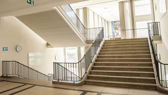 Bis am 8. Juni bleiben die Gänge und Treppen im Gymnasium Kirschgarten leer.