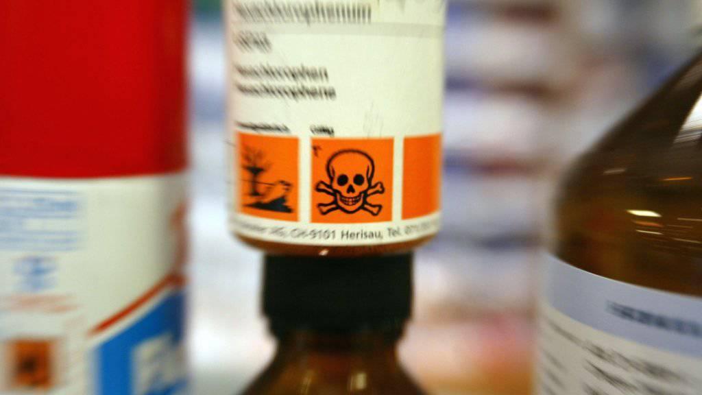 Die Beratungstätigkeit von Tox Info Suisse ist zunehmend gefragt: Wenn Kinder Unfälle mit giftigen Substanzen haben oder Erwachsene sich selbst vergiften, dann hilft die Telefonnummer 145 mit Beratungen. (Archivbild)