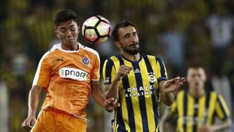 Nikola Gjorgjev (links) von den Grasshoppers im Duell mit Fenerbahçes Mehmet Topal