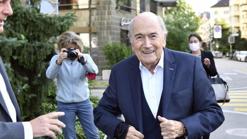 Der ehemalige Fifa-Präsident Sepp Blatter zusammen mit seinem Anwalt Lorenz Erni (links) bei seiner Ankunft zur Vernehmung durch die Bundesanwaltschaft in Zürich.