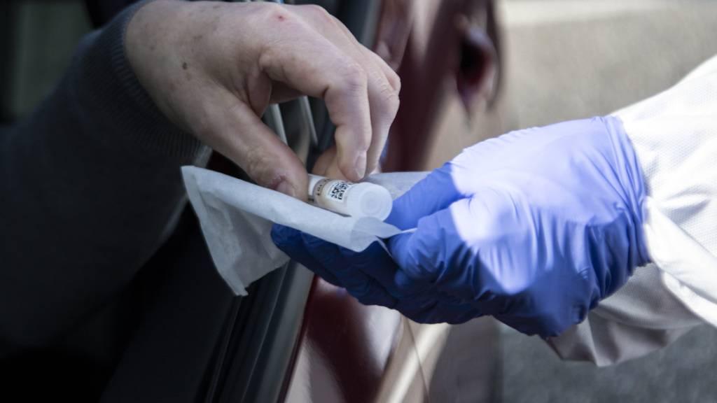 Ungeimpfte Personen ohne Symptome, die sich auf das Coronavirus testen lassen wollen, sollen ab 1. Oktober selbst für die Kosten aufkommen. Das schlägt der Bundesrat vor. (Archivbild)