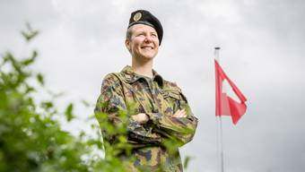Lieber im Feld als im Hauptquartier: Karin Uhr, Major der Schweizer Armee, in Uniform während eines Heimatbesuchs in ihrem Elternhaus im Freiamt.